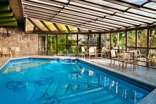 Área de piscina do hotel Casa da Montanha em Gramado