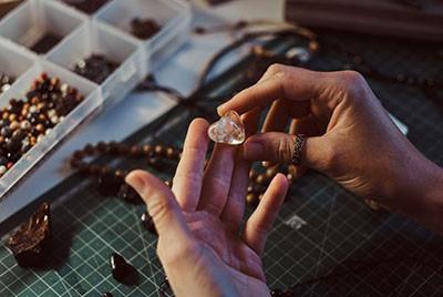 Ingrijirea si pastrarea Pietrelor Semipretioase, Pretioase si Bijuteriilor