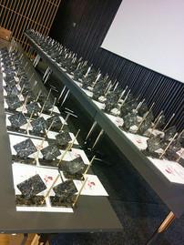 Premii personalizate din piatra. Ceasuri unicat pentru birou cu pix