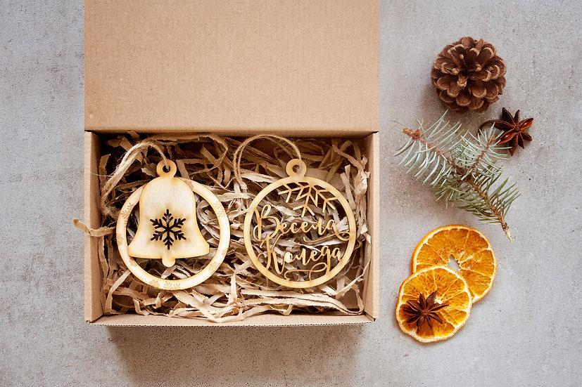 Две Коледни Играчки за Елха. Дървени Коледни Играчки - Кръг и Камбанка със снежинки, Надпис Весела Коледа. Опаковани в кутия.