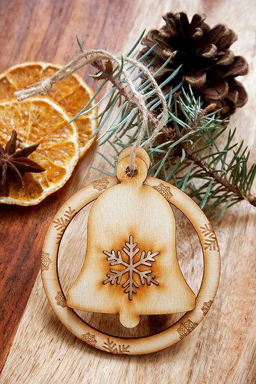 Коледна Играчка за Елха, Дървена Коледна Играчка с два елемента - Кръг с гравирани Снежинки и Камбанка с изрязана снежинка.