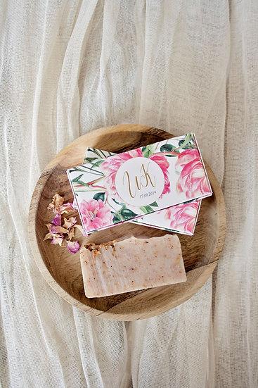 Ръчно сапунче с розови листа в правоъгълна персонализирана кутия