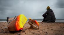 Une installation faite de sable et de bois d'épave en cours de création aux Îles
