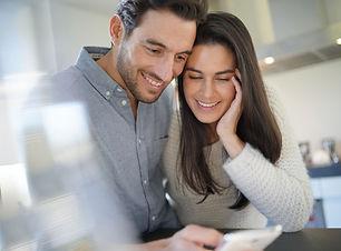 impresionante-pareja-feliz-mirando-telef