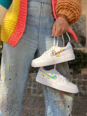 Custom sneakers - Bästisar hålla skosnören