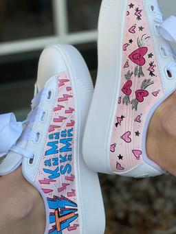 Custom sneakers - Hej Mallis rosa sidor närbild