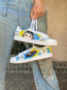 Custom sneakers - Studentskan hålla hand porträtt