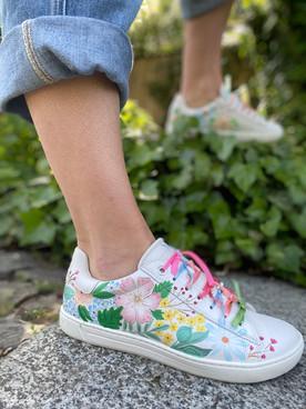 Custom sneakers - Midsommarnattsdröm posering 2