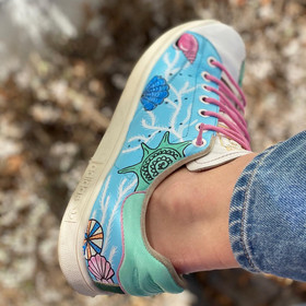 Custom sneakers - Teachers pet ljusblå närbild