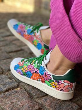 Custom sneakers - Shell & flower bonanza profil sittandes