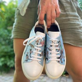 Custom sneakers - Birds & blues i handen