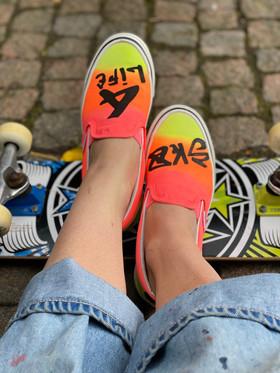 Custom sneakers - Sk8 4 life framifrån