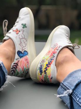 Custom sneakers When Harry met Sally insida på bord
