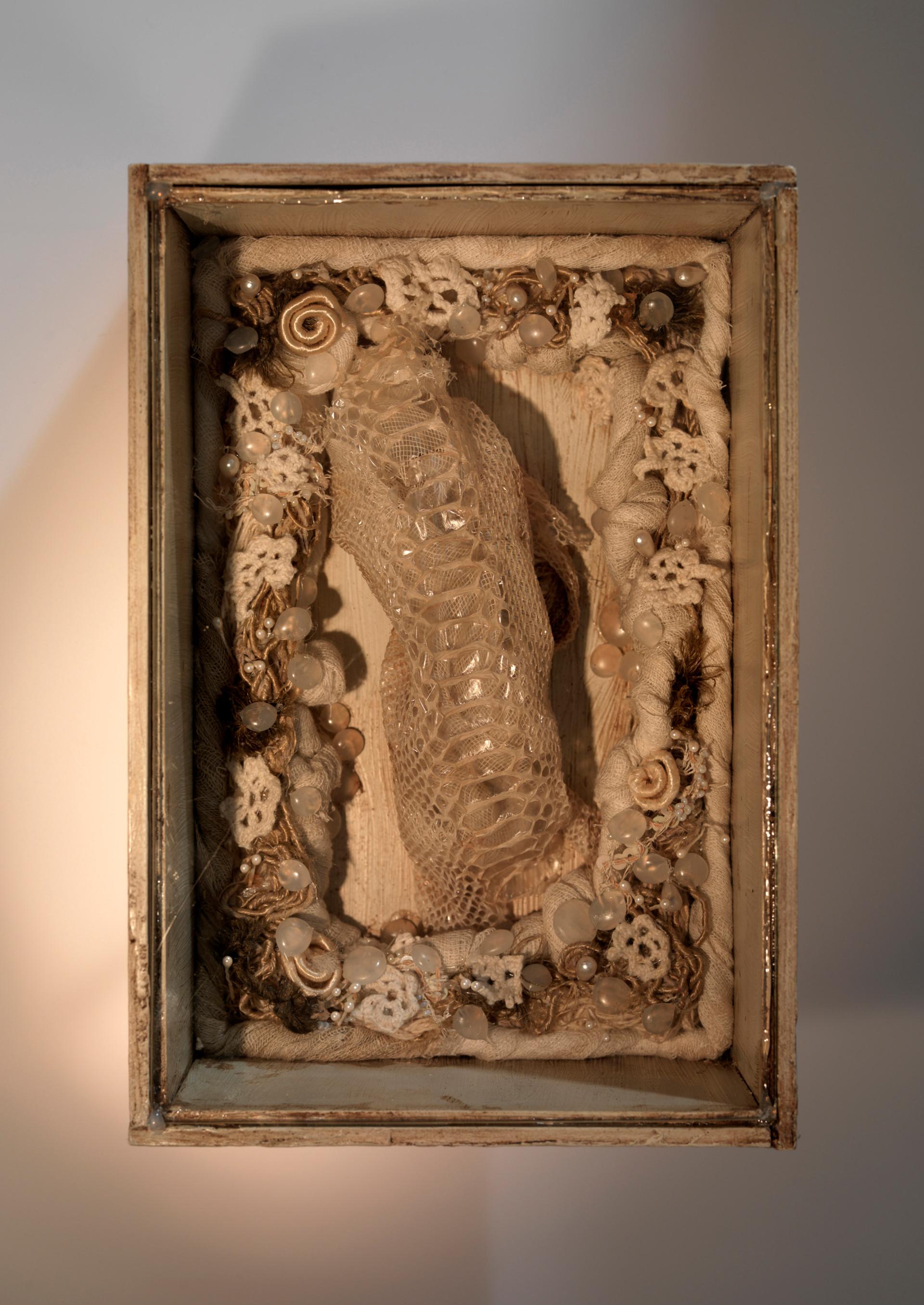 Senza titolo, 2003, carta garza pelle di serpente, cm 22 x 15 x 9
