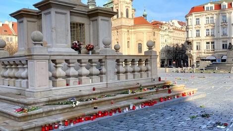 Staroměstské náměstí zaplňují květiny a svíčky