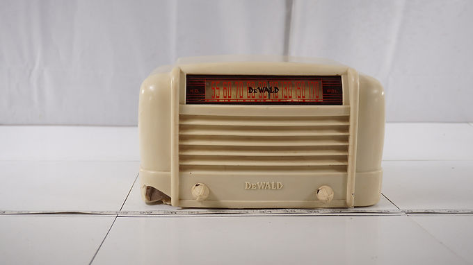 1946 Dewald Tube Radio Model A500 - Hums And Cracked Cabinet