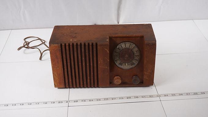 1946 Olympic Wood Tube Radio Model 6-502 - Hums