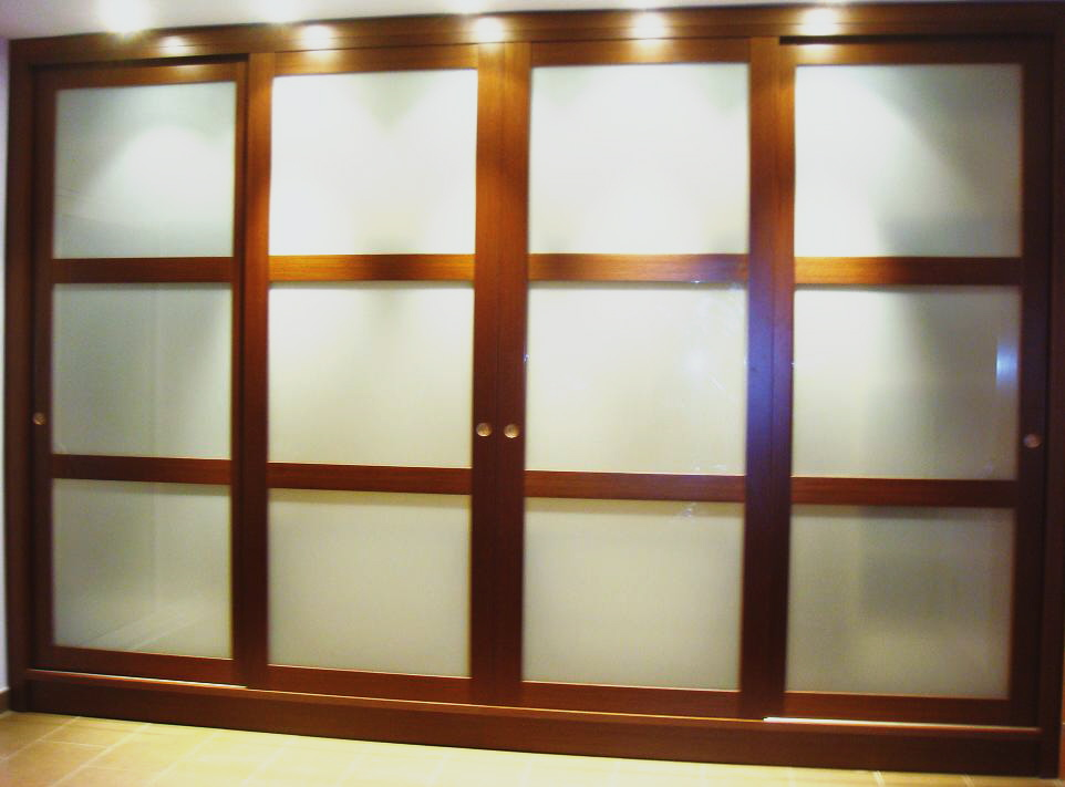 Armario puertas corredera madera y vidrio