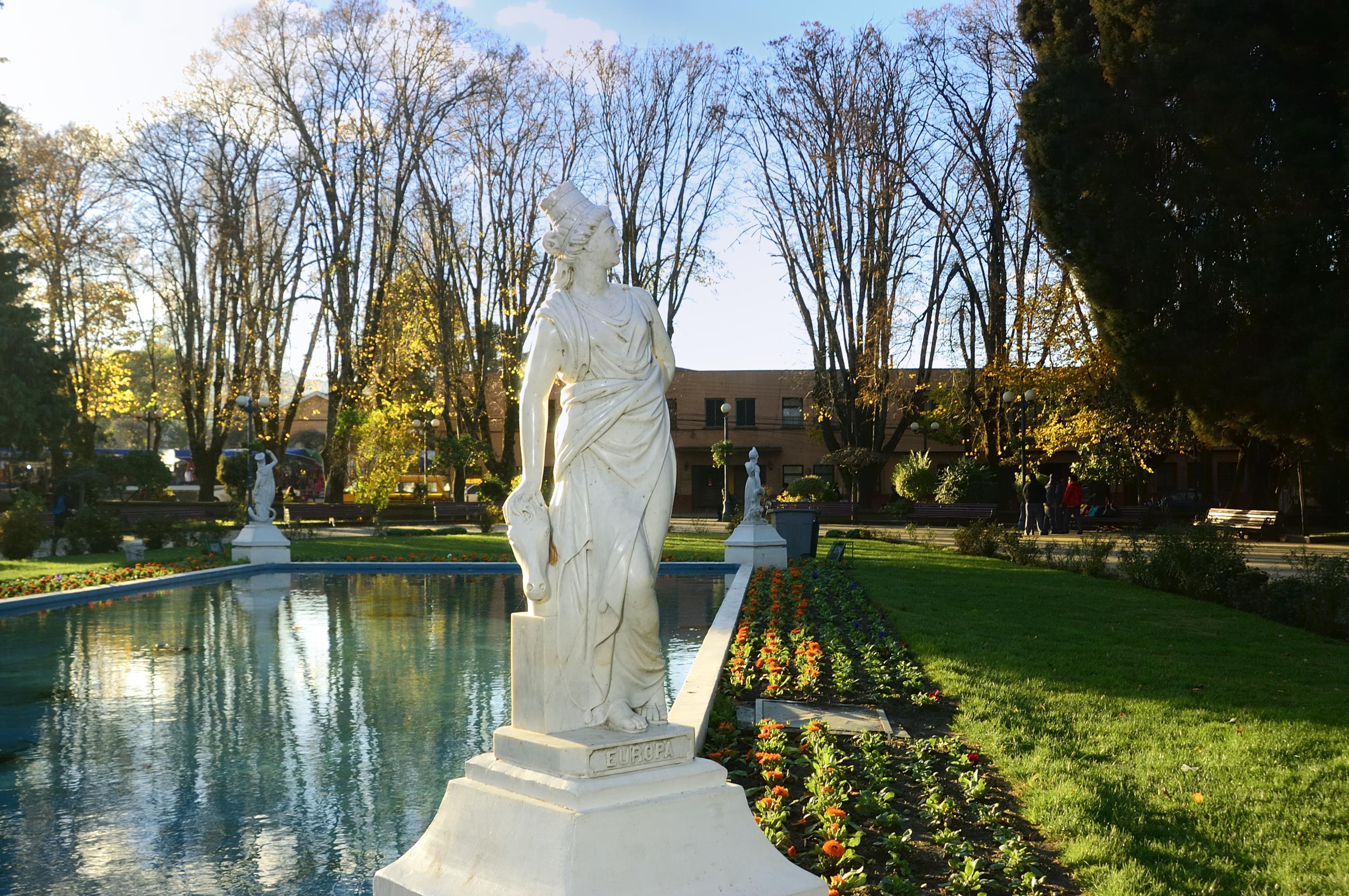 094 Monumento Espejo de Agua y cuatro Esculturas de Marmol.
