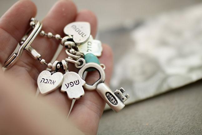 מפתח קטן עם הקדשה ותליוני ברכה