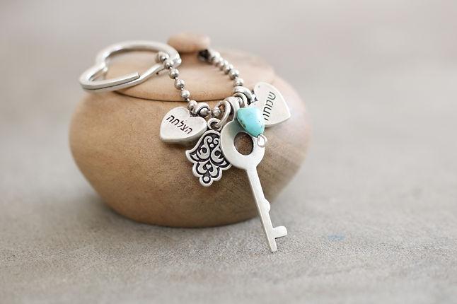מחזיק מפתחות עדין עם מפתח, תליוני ברכה ולב טורקיז