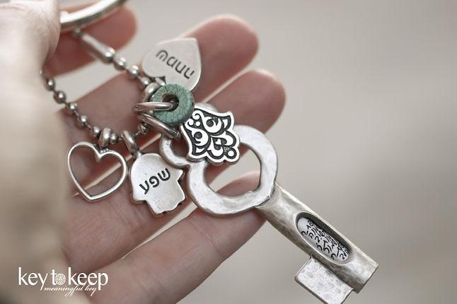 מחזיק מפתחות עם הקדשה, שפע, שמחה, מזל ולב מלא אהבה
