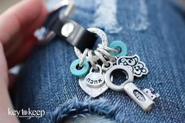 מחזיק מפתחות עם הקדשה- מזל, אהבה וקצת צבע