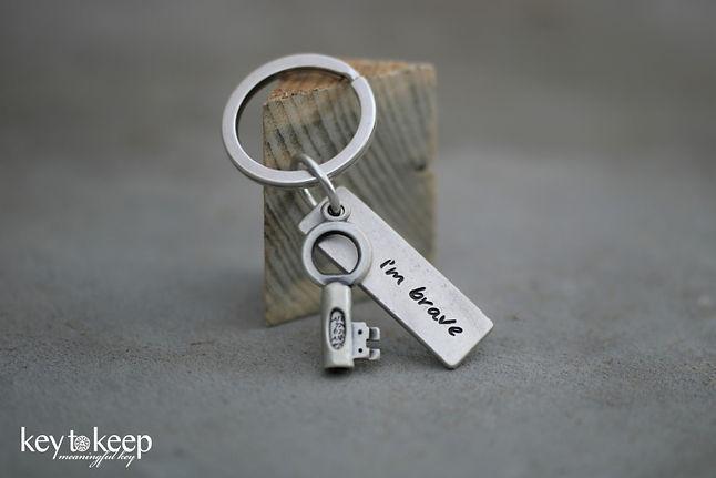 מחזיק מפתחות עם הקדשה ודסקית I'm brave