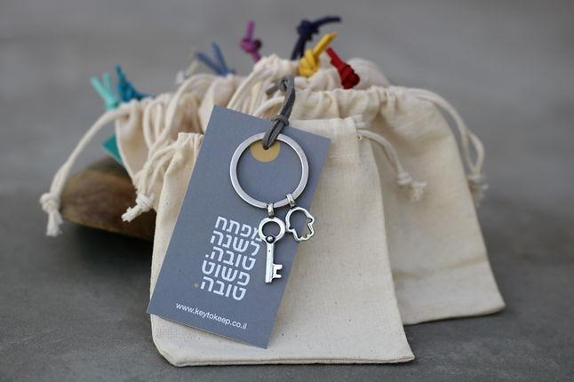 מארז 10 מתנות קטנות לשנה פשוט טובה (אפור).