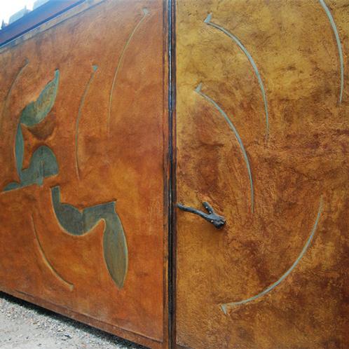 portón artístico de concreto con acero inoxidable
