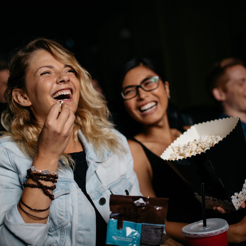 Filmabend mit Freunden und Cocktaillieferdienst