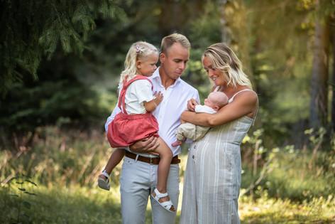 Nyföddfotografering, familjebild, familjefotograf, familjefotografering, fotograf växjö, fotograf hovmantorp, barnkläder, barnfotograf, barnbilder