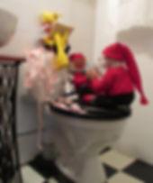 Tontut istumassa wc:pöntön päällä ja pelaavat korttia. Vanhoja Arne Haslen tonttuja