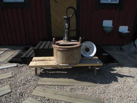 Vanha vesipumppu ja kaatoaltaat