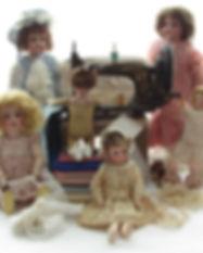 Gamla och antika dockor i Dockmuseet, tyska dockor, porslin dockor, gammal symaskin, sidentyg, dockskor, gammal spets, dock kläder,