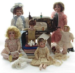 Antiikkinuket, vanha ompelukone, silkkikankaita, antiikkipitsit