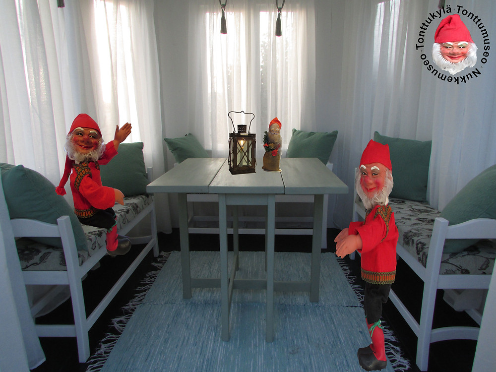 Vanha pöytä, klaffipöytä, vanha huonekalu, joulutonttu, joulukoriste