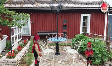 Vanha puutarha, kynttilälyhty, puutarhakalusto, maalaistyylinen, valurautaiset, pitsi tuolit,