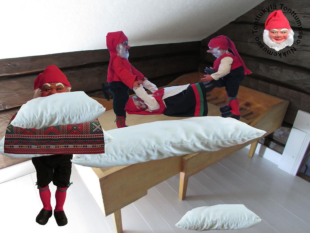 Lastensänky, päästävedettävä lastensänky, huonekalu, joulutonttu, tonttumuori, tonttupojat, tyyny, tyynyliina, lankkulattia, hirsiseinä