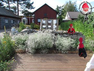 Vanha pihapiiri ja morsiusharso, kivimuuri, puutarhatyöt, puutarhan kunnostaminen, tee itse puutarhaan