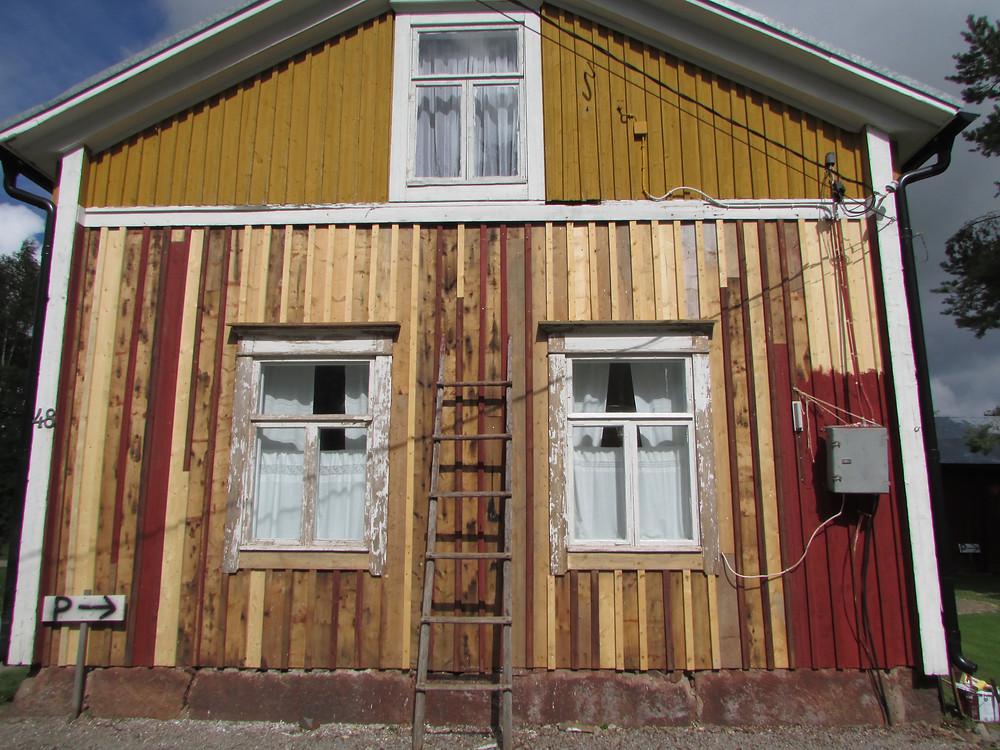 Vanha talo, hirsitalo, punainen tupa, mummonmökki, laudoituksen vaihtaminen, rimat, laudat, perinteet