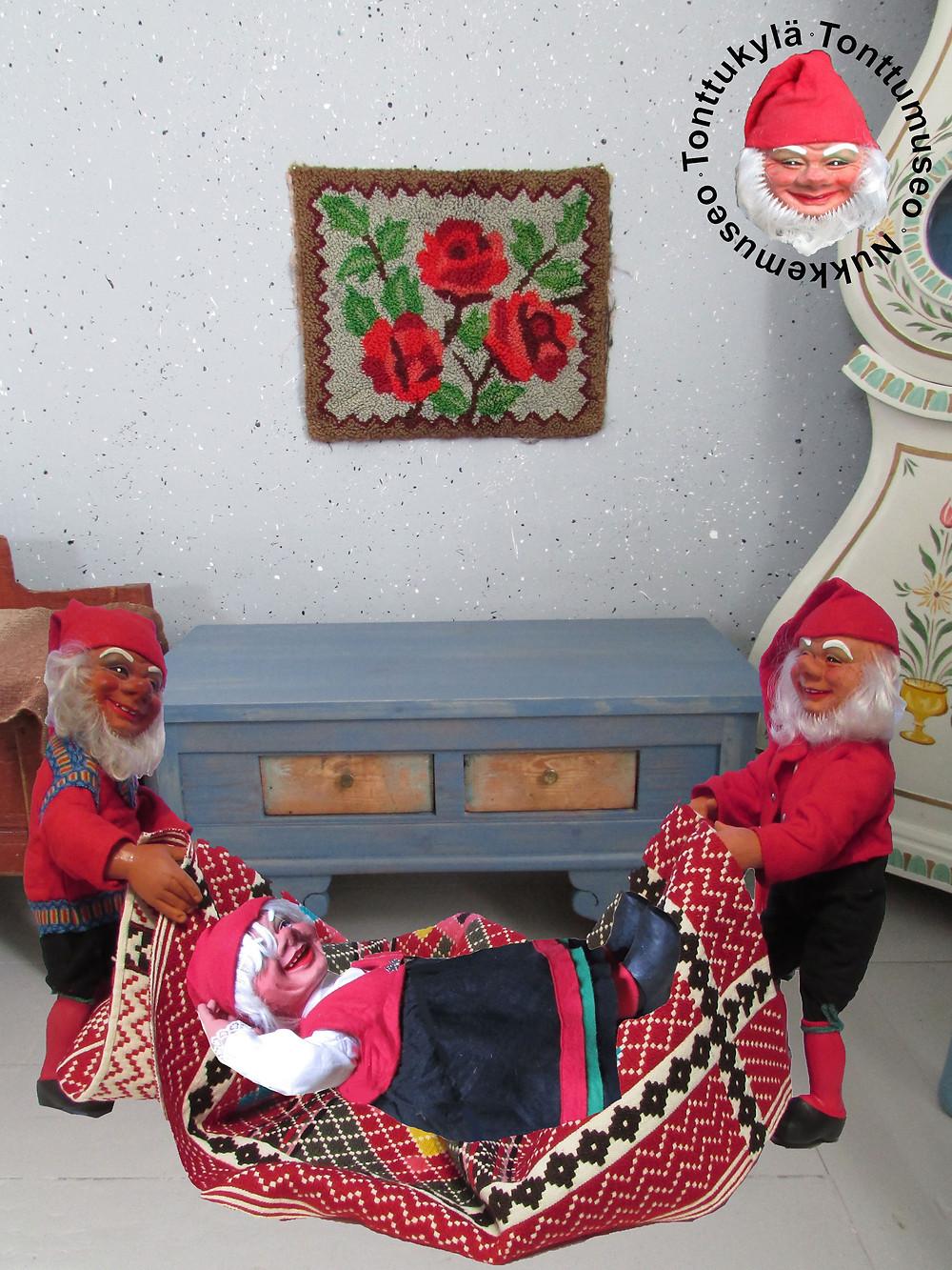 Penkki, talonpoikaishuonekalu, talonpoikaistalo, sininenpenkki, joulukoriste, tonttumuori, joulutonttu, tonttu, roiskemaalaus, vanha tekstiili
