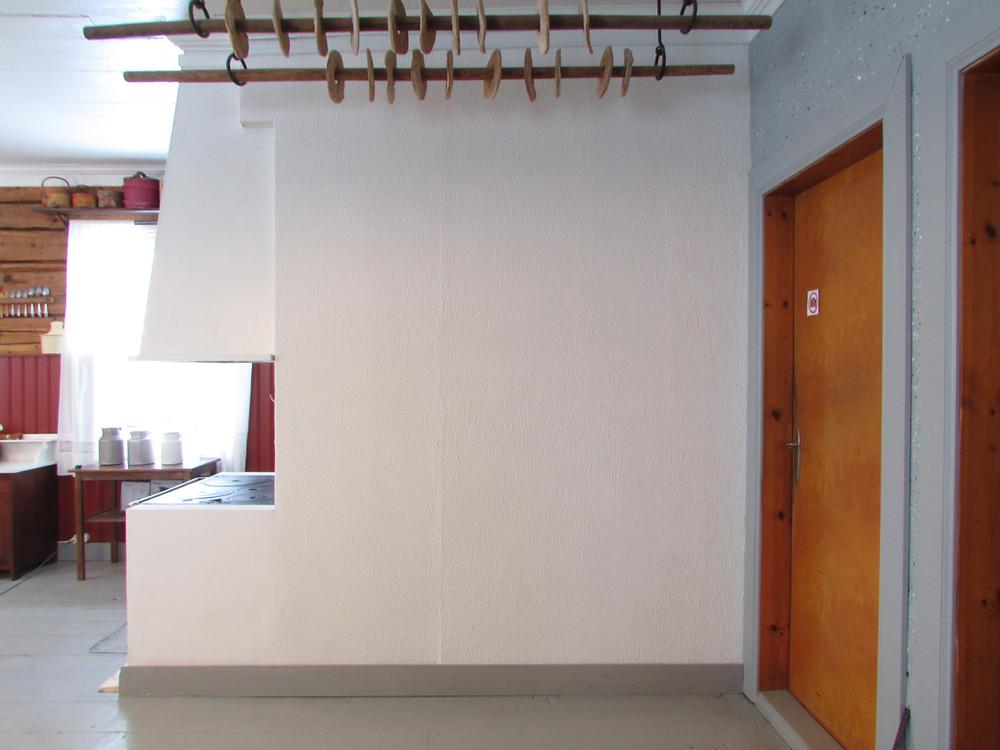 Koristemaalaus, muuri, remonttihommat, leipätanko, lankkulattia, hirsiseinä, maitohinkki, tuvanpöytä