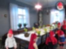 Nukkemuseo Pensalassa, Nukkemuseon isotupa, lankkupöyä, Arabian kahvikupit, kuparikahvipannu, puutuoli, anha tuoli, kaappikello, suutarinvalaisin, lakanaverhot, vanha ikkuna, kahvikakku, penkki, tuvanpenkki, räsymatot, pelargoniat, antiikkinen nukke, kuparipannu, talnpoikaishuonekalut, tallitonttu, riihitonttu, saunaonttu, tupatonttu, maahinen, marttapalla, sininen tuoli, vanhat ikkut, vanhathuonekalut, lautashylly