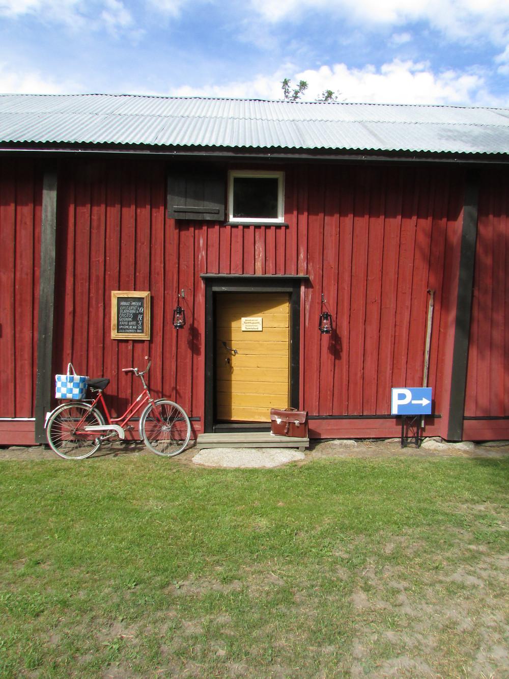 Piha, vanha pihapiiri, ulkorakennus, koti, omaisuus, punainen, seinä pintalaudoitus, ikkunaluukku, makasiini, vanha ovi, taulu, ilmoitus, ruoho, pyörä, mummonpyörä, vanha kapsäkki, parkkipaikka, ilmoitustaulu, peltikatto, keltamulta