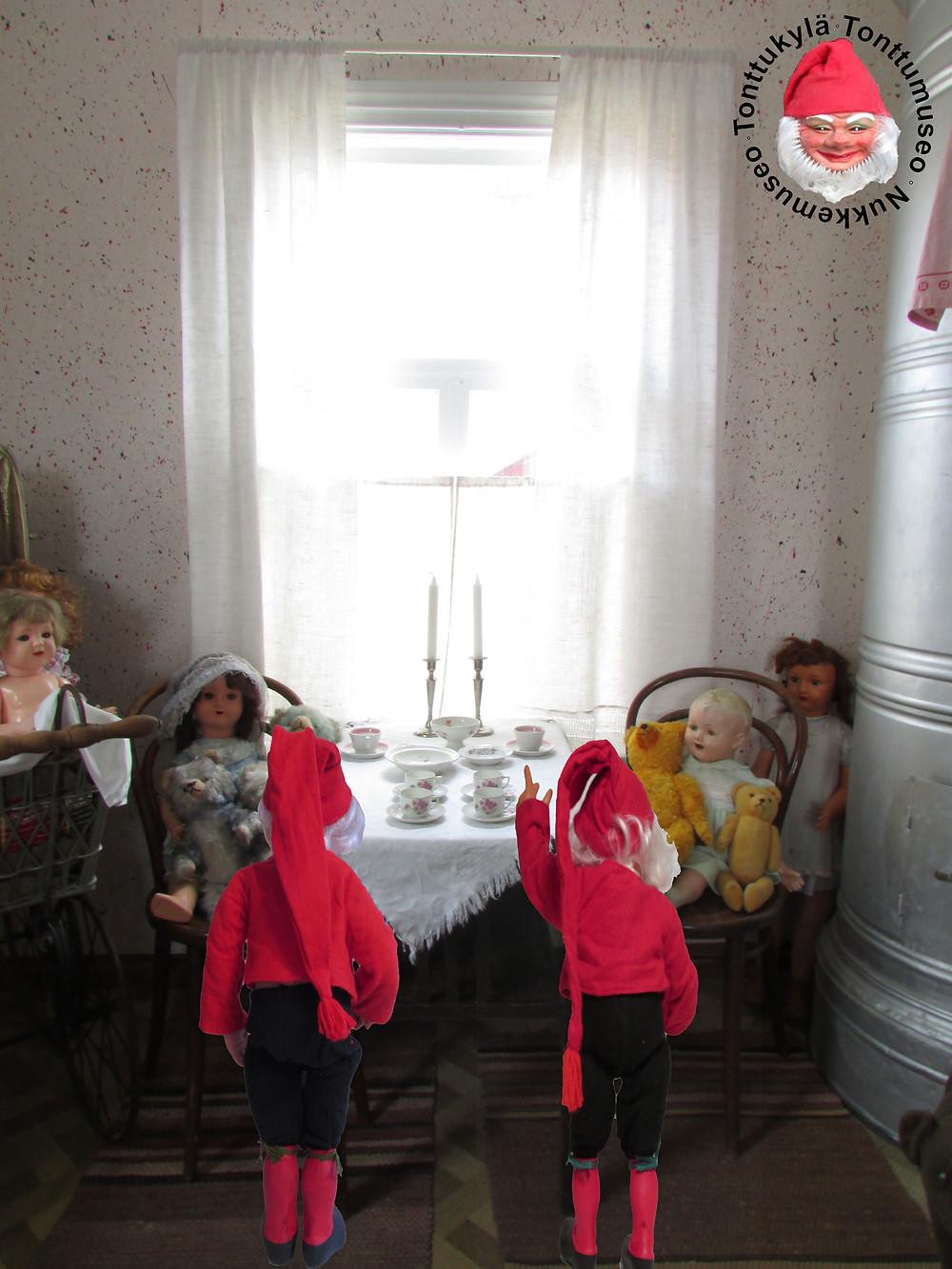 Pönttöuuni, pitsiverhot, vanhat lakanat, pikkutupa, roiskemaalatut seinät, Wieniläistuolit, vanha lastenvaunu, räsymatot