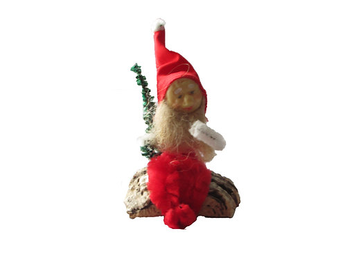 Vanha joulukoriste. Tonttu istuu pahkanpäällä. K.A Weiste