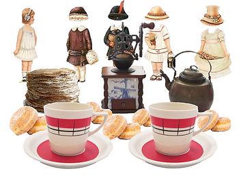 Museokylän kahvila, kahvimylly, paperinukke, Arabian kahvikupit, juo kahvit, kahvila, Museo kahvila, vanhat limpsapullot, patenttikorkit, kelanauhuri, levysoitin, morsiussohva, valurautapöytä, esiliina, Seura lehti, paperinuket ja kiiltokuvat, Suomalainen nukke