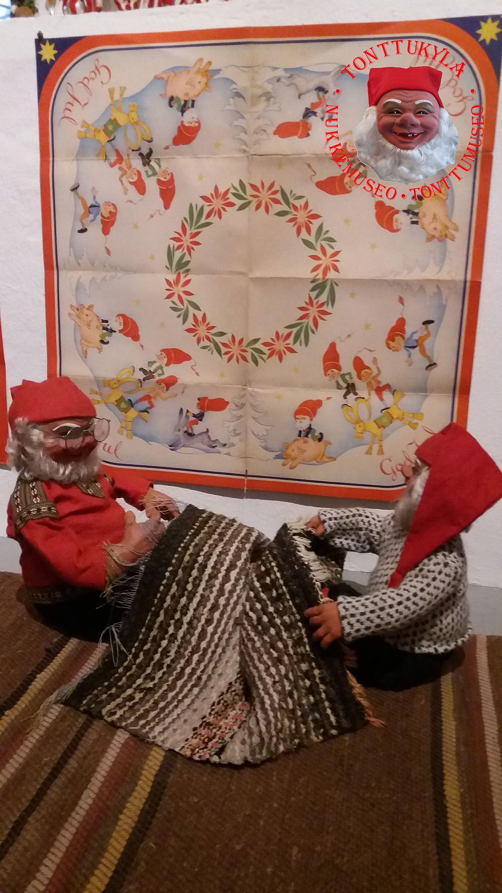 Räsymatto, riepumatto, mattojen uusiokäyttöä, maton solmiaminen, joulukuusen alusmatto, vanhat matot, vanhat tekstiilit, joulutontut, solmiaminen