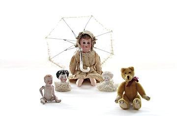 Nukkemuseo, antiikkinukke, chinahead, parianukenpää, lasitettu nukenpää, antiikki nukkekodinnukke, sateenvarjo, nuken kengät, vanha nalle, lelut, vanhat pitsit, nallen silmät, nuken vaatteet, nuken silmät, lasisilmät, peruukki, nallen nivelet, nuken pää, lelumuseo, vauvanukke, posliininukke, nuken hattu, nuken peruukki